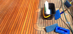 Foto: Scrubber and teak cleaner in action